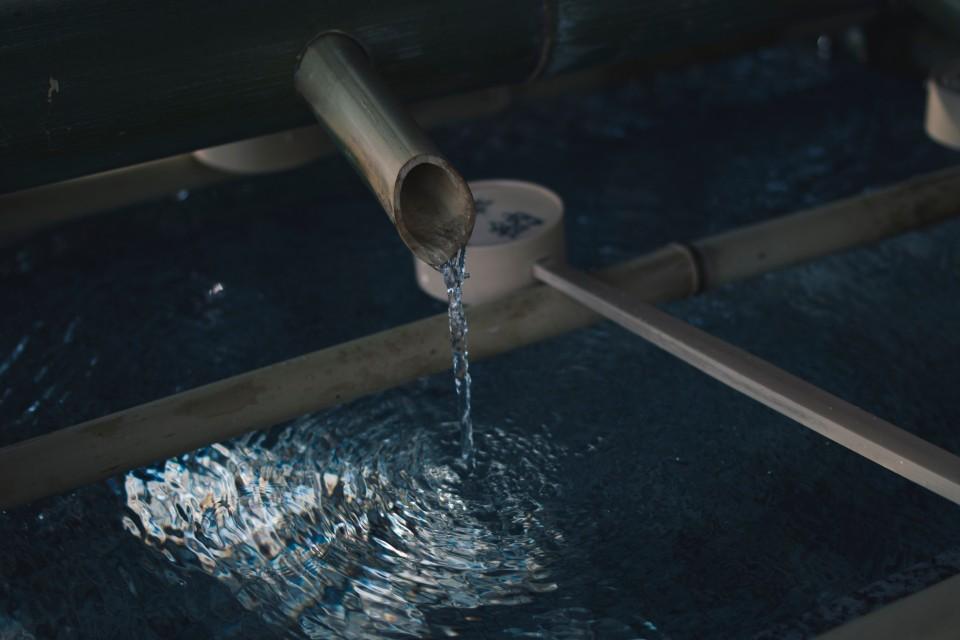 מים זולגים מצינור לבריכה